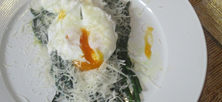 Asparagi selvatici con uova in camicia e formaggio